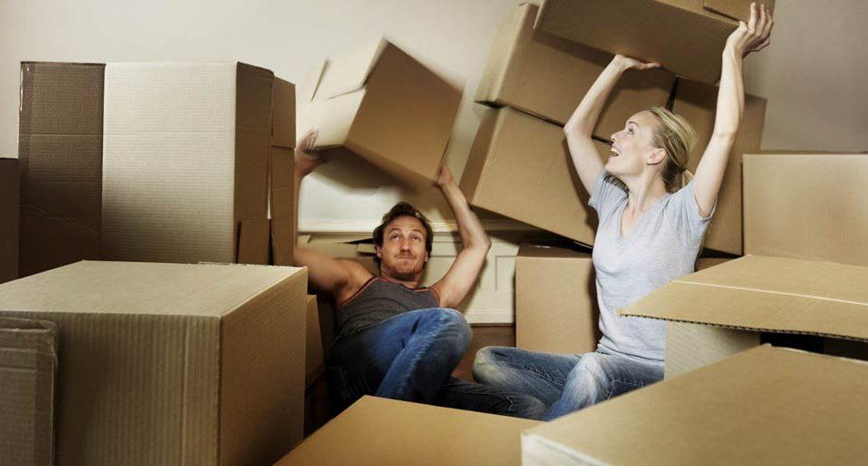 Par som leker med flyttkartonger